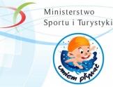 Napis Ministerstwo Sportu i Turystyki. Grafika: w kole postać pływającego dziecka z napisem umiem pływać