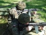 Dwaj mężczyźni ubrani w stroje moro z karabinami w ręku