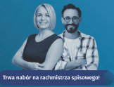 Na niebieskim tle uśmiechnięta i kobieta w czarnej koszulce i mężczyzna w koszuli w kratę