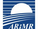 Logo Agencja Restrukturyzacji i Modernizacji Rolnictwa. Niebieskie tło na którym znajdują się białe poziome pasy oraz skór ARiMR