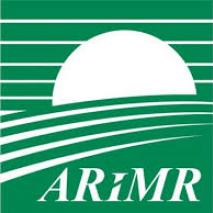 Logo Agencja Restrukturyzacji i Modernizacji Rolnictwa. Zielone tło na którym znajdują się białe poziome pasy oraz skór ARiMR