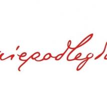"""Czerwony napis """"niepodległa"""" na białym tle."""
